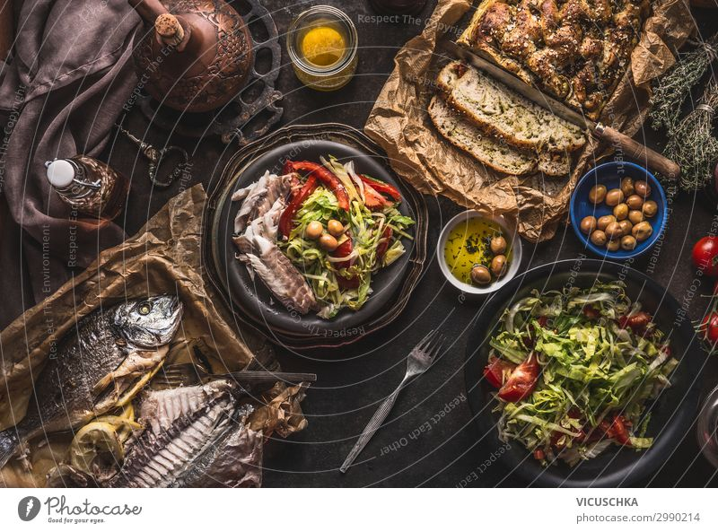 Mediterranes Abendessen mit gebratenen Fisch Lebensmittel Ernährung Festessen Geschirr Stil Design Häusliches Leben Tisch Restaurant fish homemade bread
