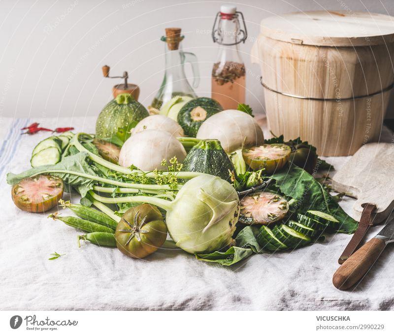 Haufen von verschiedene grünen Gemüse Lebensmittel Suppe Eintopf Ernährung Bioprodukte Vegetarische Ernährung Diät Geschirr Stil Gesunde Ernährung Sommer Design