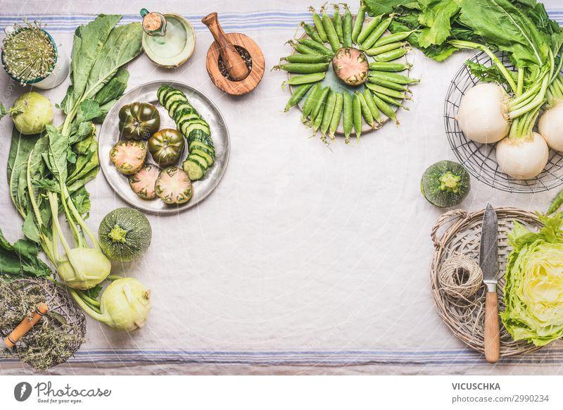 Grüne Gemüse auf dem Küchentisch Lebensmittel Ernährung Bioprodukte Vegetarische Ernährung Diät Geschirr kaufen Stil Gesundheit Gesunde Ernährung Sommer Tisch