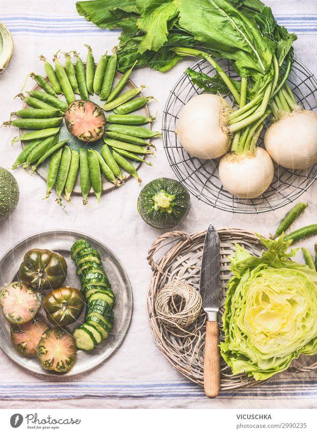 Kochen mit grünem Gemüse Lebensmittel Salat Salatbeilage Ernährung Bioprodukte Vegetarische Ernährung Diät Geschirr kaufen Design Gesunde Ernährung trendy