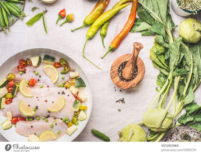 Diätetisches Fischgericht mit Gemüse Lebensmittel Ernährung Mittagessen Bioprodukte Geschirr Design Gesunde Ernährung Tisch Fitness keto Speise Essen zubereiten