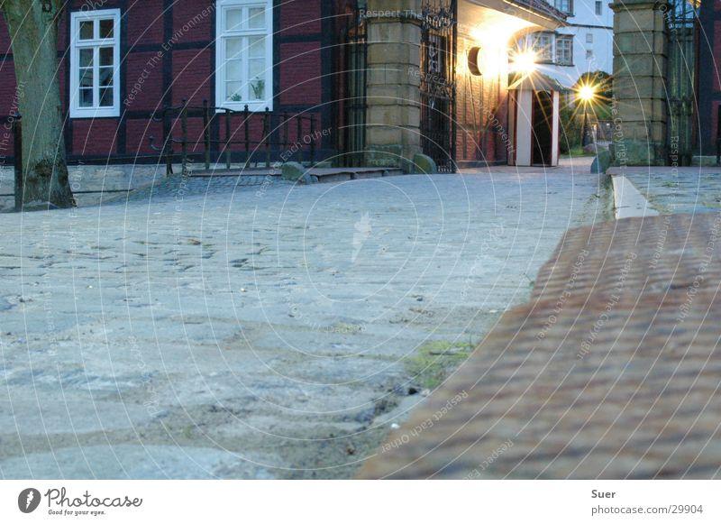 barack Langzeitbelichtung Abend Kopfsteinpflaster rot Eingang historisch Tor Rost
