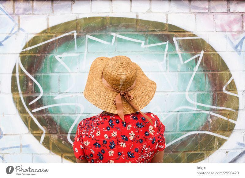 Bildbetrachtung Lifestyle elegant Stil Freizeit & Hobby Junge Frau Jugendliche Erwachsene Leben 1 Mensch 18-30 Jahre 30-45 Jahre Mauer Wand Fassade Kleid Bluse