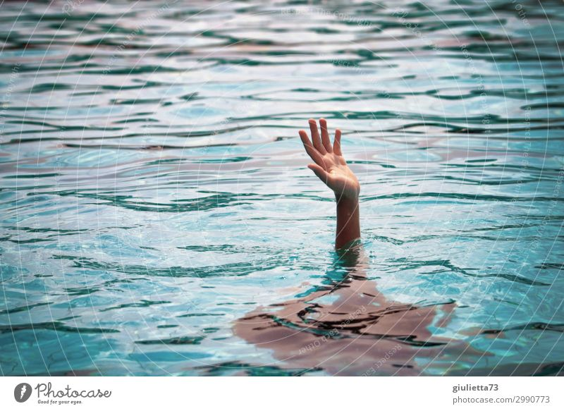 Send help !! Kind Junge Kindheit 1 Mensch 8-13 Jahre Angst Tod Überleben Verzweiflung Wasser Meer Hilfsbereitschaft hilflos Hilferuf Hilfesuchend Rettung