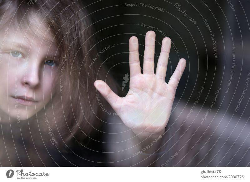 Isolation | Hallo Universum... Kind Junge Kindheit Leben Hand 1 Mensch 8-13 Jahre beobachten Blick Sicherheit Schutz Hilfsbereitschaft Hoffnung Sehnsucht
