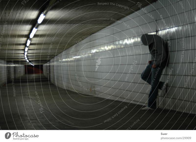 Es gibt Ärger Mann Erholung Angst Tunnel Kapuze