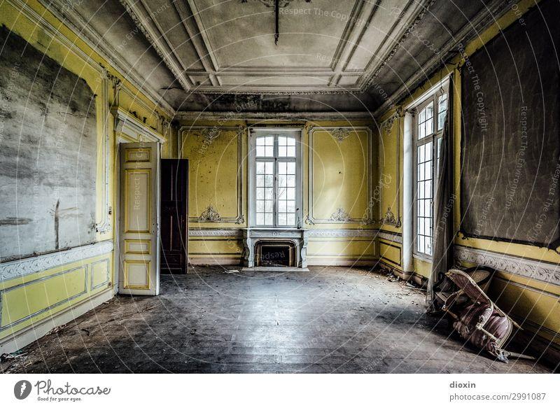 yellow room alt Stadt Haus Fenster Architektur gelb Innenarchitektur Wand Gebäude Mauer außergewöhnlich Tür authentisch Vergänglichkeit kaputt Vergangenheit