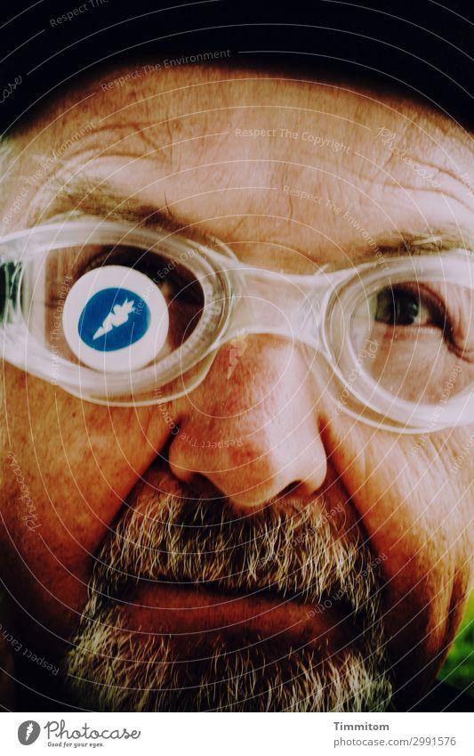 Etwas im Auge haben Ferien & Urlaub & Reisen blau braun schwarz weiß Gefühle Freude Schwimmbrille Photocase Logo Mensch Mann Kopf Bart Selbstportrait Farbfoto