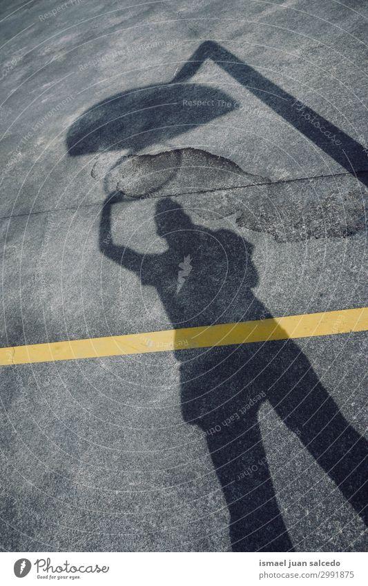 Mann Schatten Silhouette spielt Basketball Korb Sonnenlicht Boden Feld Spielfeld Etage Sport Spielen aussetzen Straße Park Spielplatz Außenaufnahme