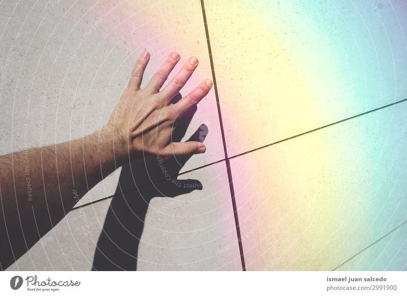 Mann Hand Schatten Shilhouette und Regenbogen an der Wand Finger Handfläche Körperteil Handgelenk Arme Haut Mensch Lichterscheinung Sonnenlicht Silhouette