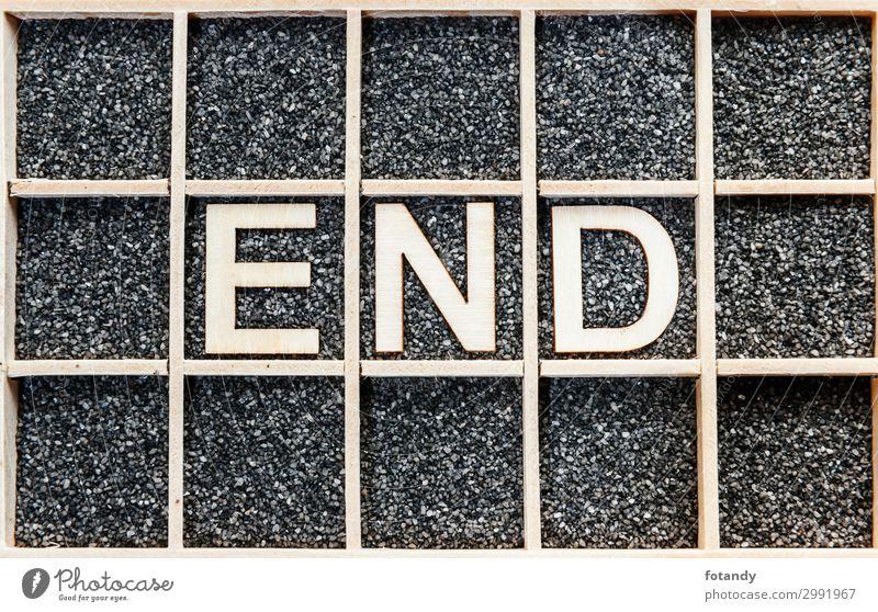 Wooden word END on black sand Holz Zeichen Schriftzeichen Hinweisschild Warnschild braun schwarz weiß Ende Kreativität Ordnung Trennung Wissen Buchstaben