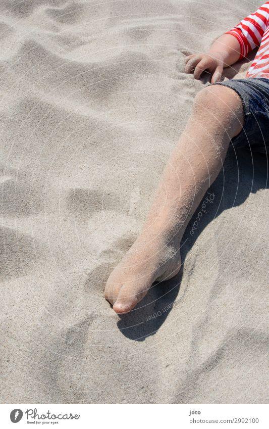Spürst du den Sand? Ferien & Urlaub & Reisen Tourismus Sommer Sommerurlaub Kind Beine 3-8 Jahre Kindheit Strand berühren entdecken Erholung liegen Spielen