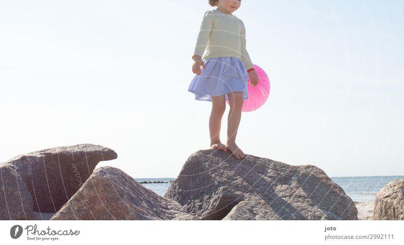 Auf den Steinen Kind Ferien & Urlaub & Reisen Sommer Meer Mädchen Ferne Strand Spielen Freiheit Ausflug Zufriedenheit Kindheit stehen Abenteuer Lebensfreude