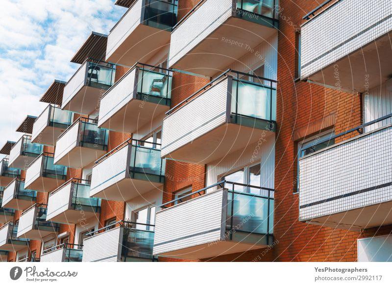 Mehrfamilienhaus mit Balkonen und orangefarbenen Backsteinwänden Stil Ferien & Urlaub & Reisen Tourismus Schönes Wetter Stadt Gebäude Architektur Fassade modern