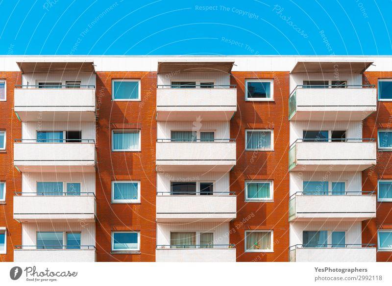 Bunte Mehrfamilienhausfassade gegen den Himmel Stil Ferien & Urlaub & Reisen Tourismus Schönes Wetter Gebäude Architektur Fassade Balkon modern weiß Farbe