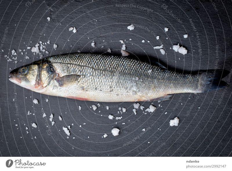 frischer ganzer Seebarschfisch mit Salz Fleisch Fisch Meeresfrüchte Ernährung Tisch Gastronomie Natur Tier Essen dunkel natürlich wild schwarz weiß Bass fangen