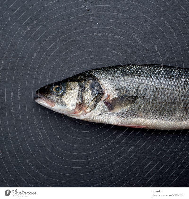 frischer ganzer Seebarschfisch auf schwarzem Hintergrund Fleisch Fisch Meeresfrüchte Ernährung Tisch Gastronomie Natur Tier Essen dunkel natürlich wild weiß