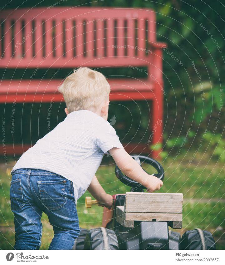 Was machst du den ganzen Tag? Traktor Landwirt Bauernhof Kind Kindheit Kindheitserinnerung Spielen fahren schieben Spielzeug PKW Kleinkind Bank Garten Hof