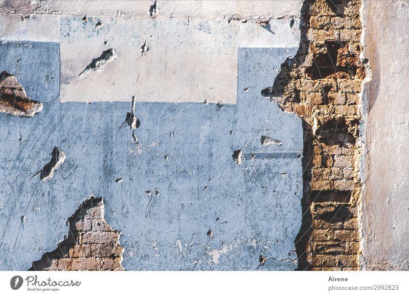 Immer an der Wand lang | schrammen Stadt Menschenleer Haus Abrissgebäude abrissreif Mauer Fassade Putz Backstein alt kaputt blau braun weiß Traurigkeit