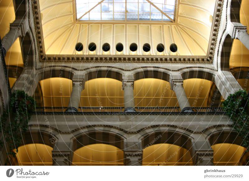 Baldachin Amsterdam Einkaufszentrum Einkaufspassage Dach Architektur historisierend Magna Plaza Säule colonnato pseudo-romanisch Innenhof
