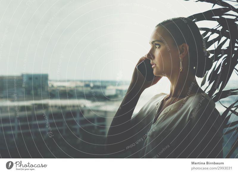 Junge Frau bei einem ernsthaften Handy-Gespräch Lifestyle Glück Arbeit & Erwerbstätigkeit Büro Business sprechen Telefon Technik & Technologie Mensch Erwachsene