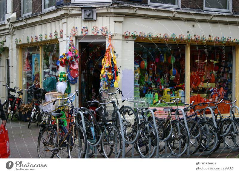 Fietsers Amsterdam Niederlande Schaufenster mehrfarbig Altbau Fahrradverleih Fahrradständer Europa Fahrradladen Bikeshop Oranje orange Elftal