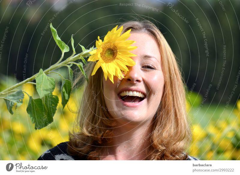 Sonnige Frau mit Sonnenblume Mensch Natur Farbe Blume Freude Wald Erwachsene Umwelt feminin Gefühle lachen Stimmung Wachstum blond Fröhlichkeit