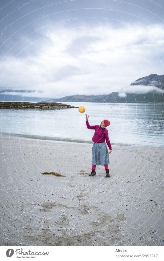 Leichtigkeit. Junge Frau jongliert am Strand Jugendliche Meer Erholung Wolken ruhig Leben Sport Glück Stimmung Zufriedenheit Horizont Fröhlichkeit Lebensfreude