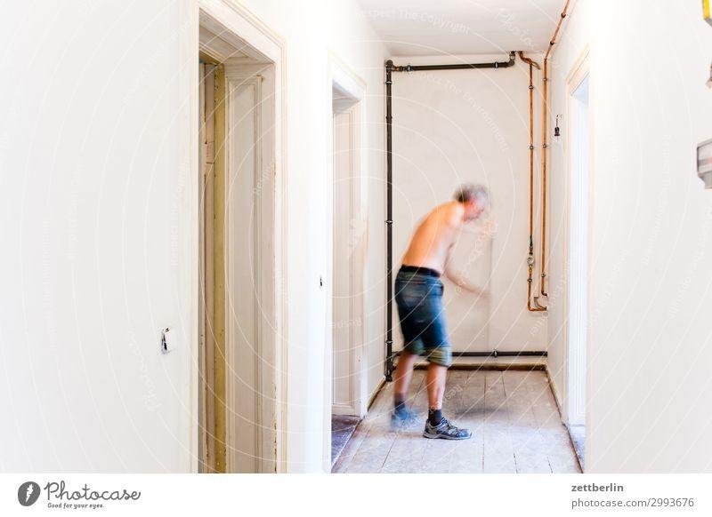 Fegen (2) Altbau Altbauwohnung Baustelle Flur Holzfußboden Bodenbelag Handwerk Mann Mensch Raum Innenarchitektur Renovieren Modernisierung Sanieren Textfreiraum