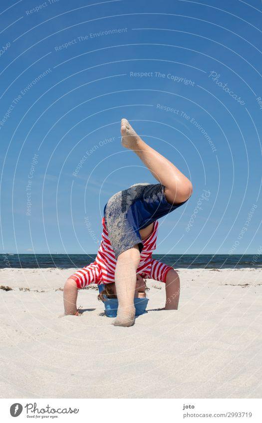 Kopfstand Spielen Ferien & Urlaub & Reisen Sommer Sommerurlaub Strand Meer Kind Kindheit Beine 3-8 Jahre Horizont Ostsee Bewegung Fröhlichkeit Glück maritim