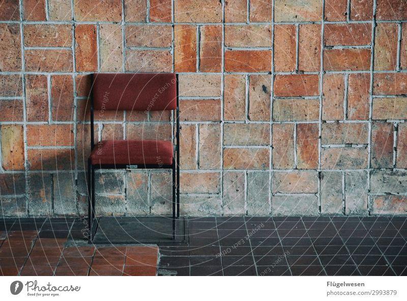 Ich warte mein halbes Leben Mauer Gemäuer Maurer Stein Beton Sandstein Backstein Stuhl sitzen warten Wachsamkeit Aufseher Fabrik Halle Lagerhalle