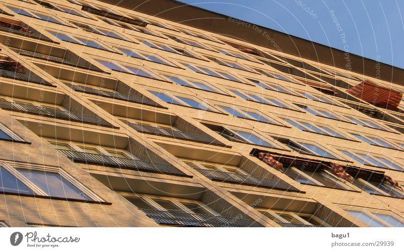 Sonnenfassade Himmel blau Haus Fenster Architektur Hochhaus Fassade Perspektive Freundlichkeit Schönes Wetter