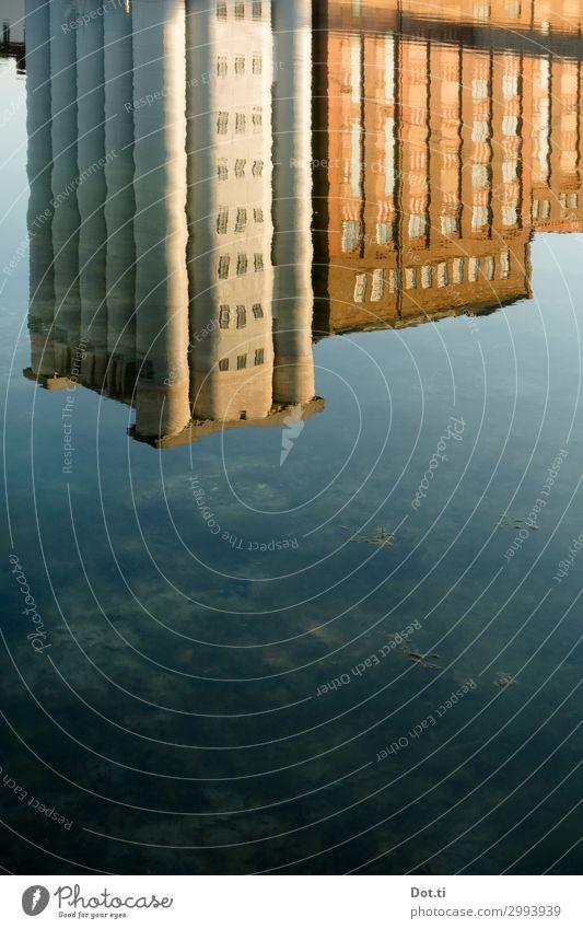 MKM Stadt Menschenleer Industrieanlage Gebäude blau braun Silo Hafen Duisburg Wasseroberfläche Museum Farbfoto Außenaufnahme Experiment Textfreiraum unten