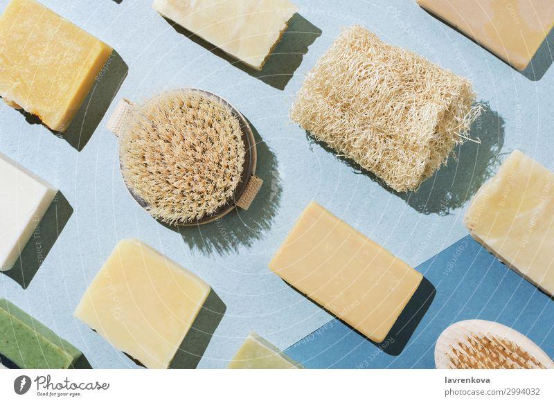 verschiedene Naturseifen, Bürsten und Loofaschwamm Bars Bad Beautyfotografie Körper Körperpflege Cellulite Kosmetik handgefertigt Peeling flache Verlegung