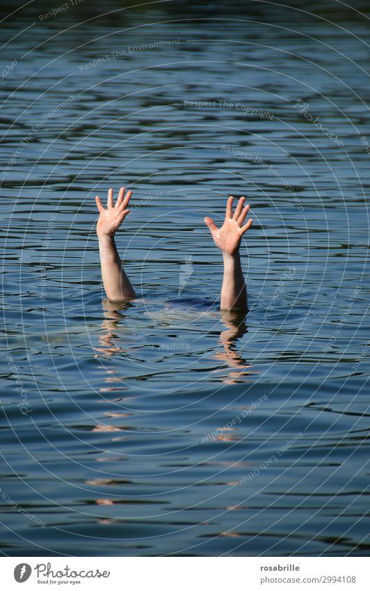 hilflos und | verloren Wassersport Schwimmen & Baden Mensch Mann Erwachsene Arme Hand 1 See blau Mitgefühl Tod Müdigkeit Angst Todesangst Zukunftsangst