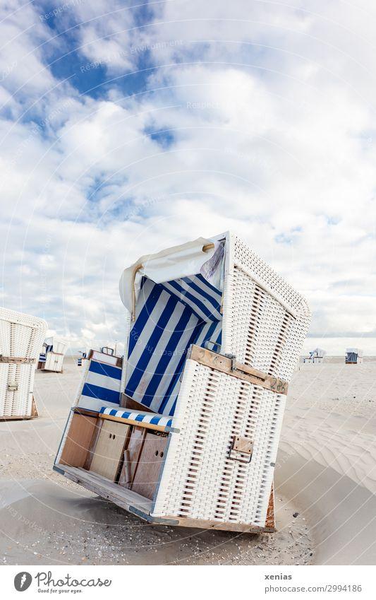 Weißer Strandkorb mit blauen Streifen am Strand unter Wolken bei schönem Wetter Ferien & Urlaub & Reisen Tourismus Sommer Sommerurlaub Sonnenbad Landschaft