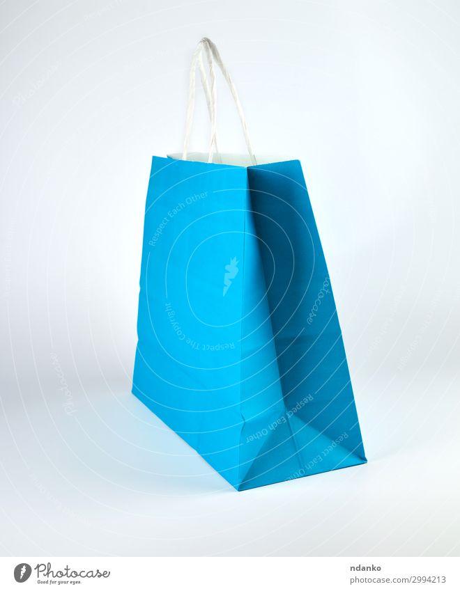 blaue Papiertragetasche mit Henkel Lifestyle kaufen Stil Design Business Container Mode Rudel Verpackung Paket stehen modern neu weiß Farbe Kasten Hintergrund
