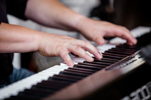 Spiel's noch einmal, Sam Mensch Mann Hand Lifestyle Erwachsene Leben Feste & Feiern Stimmung maskulin Musik Kultur authentisch lernen Finger Hochzeit