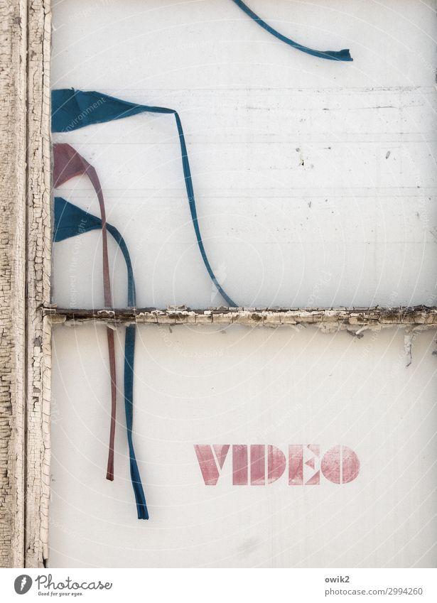 Klappe! Fenster Fensterrahmen Farbrest Großbuchstabe Video Schriftzeichen festhalten hängen schaukeln dehydrieren historisch trocken Vergangenheit