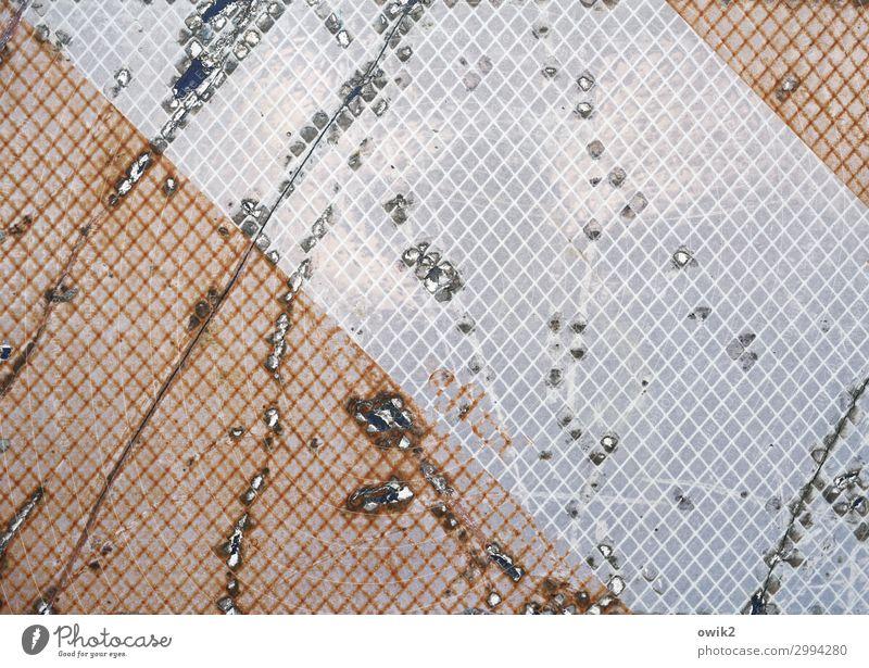 Spurensuche Metall Kunststoff Verkehrszeichen alt Zerstörung ausgebleicht verfallen Zahn der Zeit Kratzer Linie parallel Farbfoto Außenaufnahme Detailaufnahme