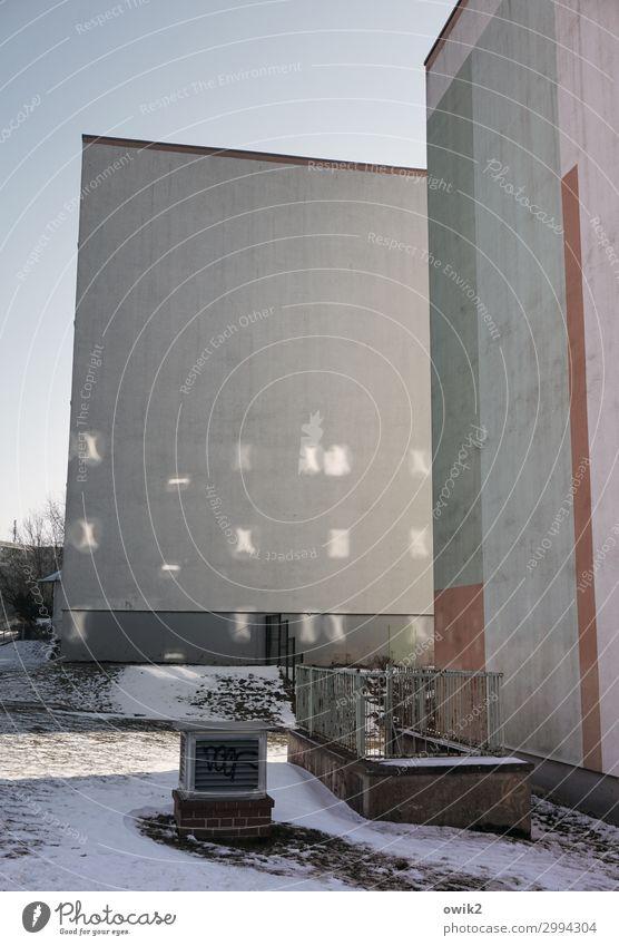 Reflexartig Wolkenloser Himmel Winter Schnee Bautzen Lausitz Deutschland Stadtrand bevölkert Haus Hochhaus Bauwerk Gebäude Plattenbau Mauer Wand kalt trist