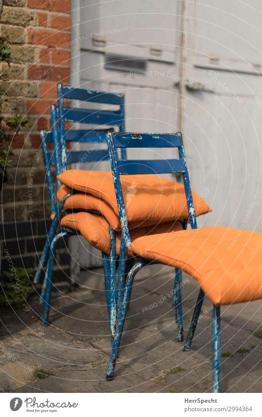 Empty chairs society Häusliches Leben Innenarchitektur Stuhl Haus Mauer Wand Tür kuschlig retro blau orange altehrwürdig Stil trendy shabby chic Kissen bequem