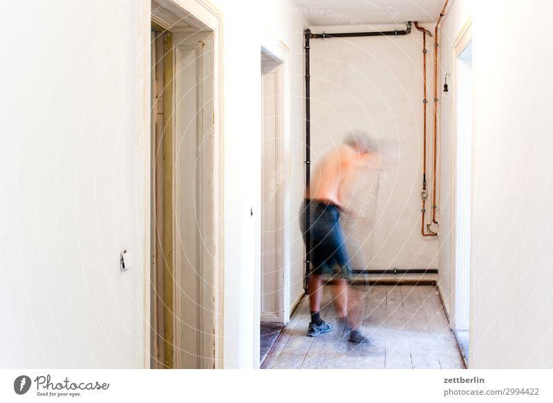 Fegen (1) Mensch Mann Holz Innenarchitektur Wand Textfreiraum Häusliches Leben Wohnung Raum Reinigen Baustelle Bodenbelag Handwerk Flur Renovieren Altbau