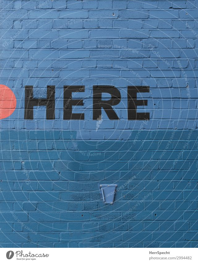... and NOW Mauer Wand Schriftzeichen Stadt blau hier lang ortsangabe Backsteinwand Englisch Punkt Treffpunkt Örtlichkeit Buchstaben Wort Farbfoto