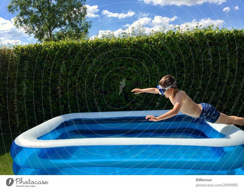 Superman Freizeit & Hobby Sommer Sommerurlaub Sonnenbad Schwimmbad Junge Sonnenlicht Schönes Wetter Garten Badehose Wasser springen toben sportlich Coolness