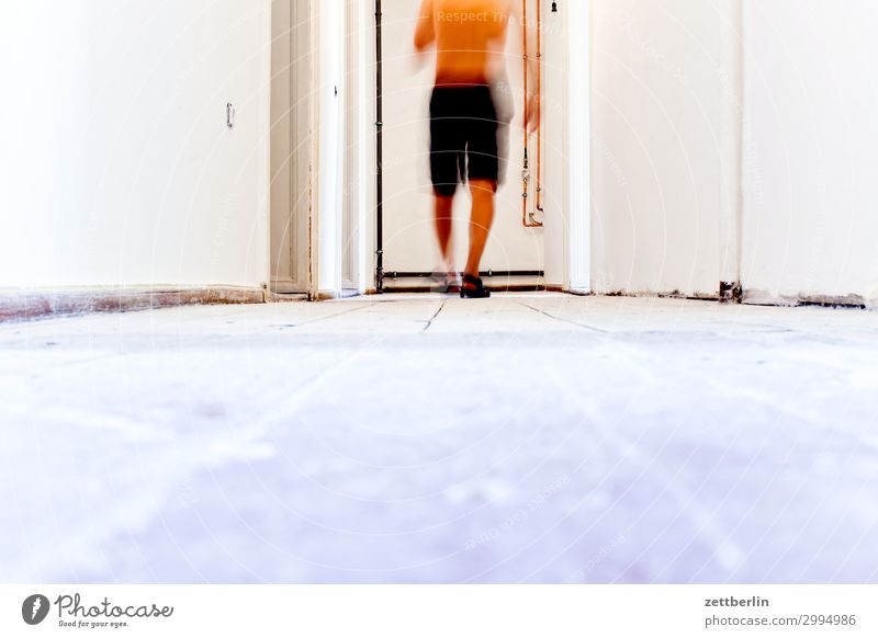 Flur Mensch Mann Holz Wand Textfreiraum Mauer Häusliches Leben Wohnung Raum Baustelle Bodenbelag Holzbrett Handwerk Renovieren Altbau