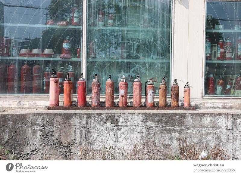 Old fire extinguishers Metall Stahl Armut authentisch außergewöhnlich hässlich Kitsch retro trashig rot Sicherheit Schutz Desaster kaufen Traurigkeit