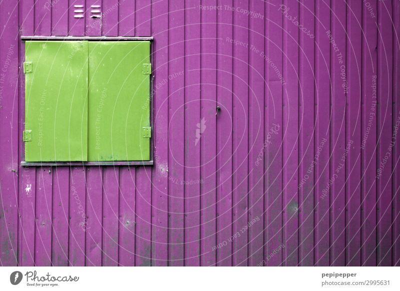 Geschlossen Häusliches Leben Handwerker Arbeitsplatz Wohncontainer Baustelle Haus Hütte Gebäude Mauer Wand Fassade Fenster Metall Linie Streifen grün violett