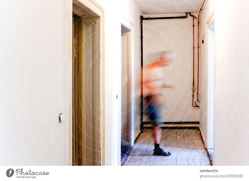 Mensch von links nach rechts Altbau Holzbrett Flur Holzfußboden Bodenbelag Mann Mauer Raum Innenarchitektur Textfreiraum Unschärfe Wand Häusliches Leben Wohnung