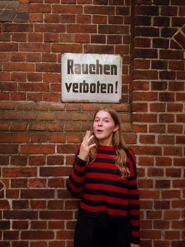 gras Mensch Jugendliche Freude Lifestyle Leben Wand lustig feminin Gras Spielen 13-18 Jahre Schilder & Markierungen Mund historisch Streifen Lippen